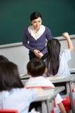 Profesor con los estudiantes en escuela china Imagen de archivo libre de regalías