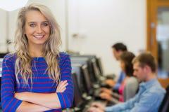 Profesor con los estudiantes que usan los ordenadores en sala de ordenadores Fotografía de archivo