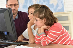 Profesor con los niños en clase computacional Fotos de archivo libres de regalías