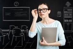 Profesor curioso que trabaja en la escuela Foto de archivo