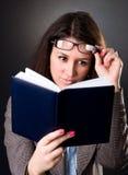Profesor de escuela joven que lee un libro Fotografía de archivo libre de regalías