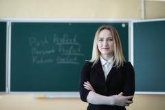 Profesor de la chica joven en escuela primaria fotografía de archivo libre de regalías