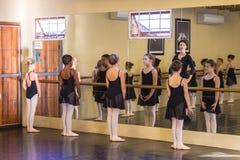 Profesor de las muchachas del ballet Imagen de archivo libre de regalías