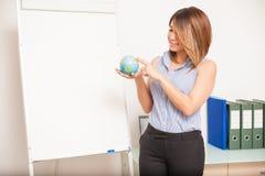 Profesor de lengua que señala en un globo Imagenes de archivo