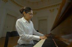 Profesor de piano que juega de punto de vista del teclado Imagenes de archivo