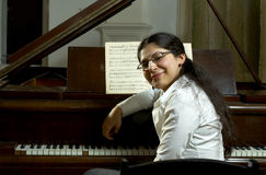 Profesor de piano sonriente Fotografía de archivo libre de regalías