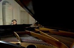 Profesor de piano a través de magnífico de bebé Imagen de archivo