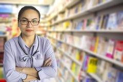 Profesor de sexo femenino Administrator y CEO Customer Care en librería Foto de archivo