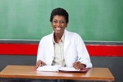 Profesor de sexo femenino feliz Foto de archivo libre de regalías