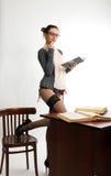 Profesor de sexo femenino hermoso joven atractivo que se coloca después Foto de archivo