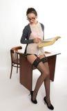 Profesor de sexo femenino hermoso joven atractivo que se coloca después Foto de archivo libre de regalías