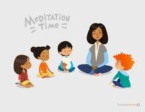 Profesor de sexo femenino preescolar y niños sonrientes que se sientan en círculo en piso y que hacen ejercicio de la yoga Lecció ilustración del vector
