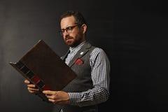Profesor de sexo masculino de moda con un libro Foto de archivo