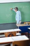 Profesor de sexo masculino Writing On Greenboard fotografía de archivo libre de regalías