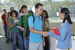 Profesor de Shaking Hands With del estudiante masculino Foto de archivo libre de regalías