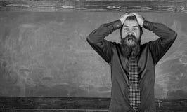 Profesor del hombre o fondo barbudo de la pizarra de la cabeza del control del educador Atención de la paga a su comportamiento y foto de archivo libre de regalías