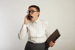 Profesor divertido que habla en el teléfono móvil Imagenes de archivo