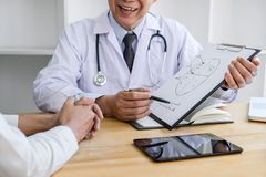 Profesor Doctor que consulta con el paciente que discute algo y recomendar los métodos de tratamiento, presentando resultados en  imagenes de archivo