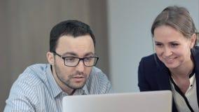 Profesor dos que trabaja en el ordenador portátil en clase Imagen de archivo