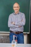 Profesor en clase de química Fotografía de archivo