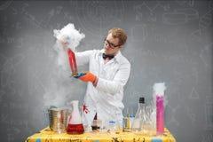 Profesor en el laboratorio que conduce experimentos químicos imágenes de archivo libres de regalías