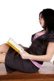 Profesor en el libro de lectura del escritorio Imagen de archivo