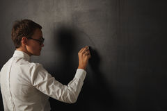 Profesor en la blusa blanca en la pizarra Imagen de archivo