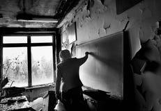 Profesor en su sala de clase anterior en la ciudad de Pripyat Foto de archivo libre de regalías