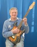 Profesor feliz de la guitarra. Imagenes de archivo