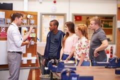 Profesor Helping Students Training a ser electricistas imágenes de archivo libres de regalías