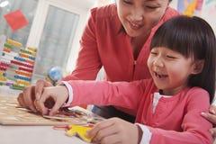 Profesor Helping Young Girl con las letras del alfabeto del recorte Foto de archivo