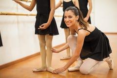 Profesor hermoso de la danza de los hispanos en el trabajo fotos de archivo libres de regalías
