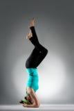 Profesor hermoso de la yoga que hace postura de la aptitud Fotos de archivo