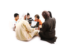 Profesor musulmán árabe con los niños Imagenes de archivo