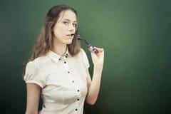 Profesor o estudiante bonito que celebra los vidrios en la sala de clase, universidad Imagenes de archivo