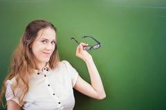 Profesor o estudiante bonito que celebra los vidrios en la sala de clase, universidad Fotografía de archivo libre de regalías