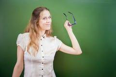 Profesor o estudiante bonito que celebra los vidrios en la sala de clase, universidad Imagen de archivo