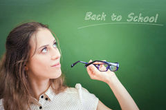 Profesor o estudiante bonito que sostiene los vidrios, mirando para arriba Fotos de archivo libres de regalías