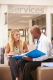 Profesor particular To Discuss Work de Having Meeting With del estudiante universitario fotos de archivo