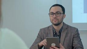 Profesor pensativo con el ordenador de la PC de la tableta en clase Fotografía de archivo