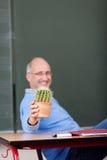 Profesor Pokazuje Kaktusowej rośliny Przy biurkiem zdjęcie royalty free