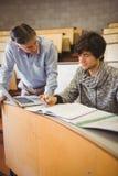 Profesor pomaga ucznia w sala lekcyjnej zdjęcie royalty free
