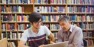 Profesor pomaga ucznia z studiami fotografia royalty free