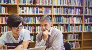 Profesor pomaga ucznia z studiami zdjęcie stock