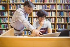 Profesor pomaga ucznia z studiami obraz royalty free
