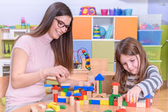 Profesor preescolar y niño que gozan en juego creativo fotografía de archivo