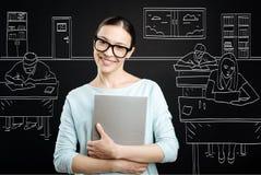 Profesor profesional positivo que trabaja en la escuela Imagenes de archivo