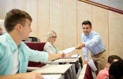Profesor que da pruebas a los estudiantes en la conferencia imagen de archivo