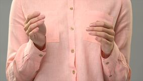 Profesor que dice a Jesús en el lenguaje de signos, mostrando palabras en la lección del asl para sordo almacen de video