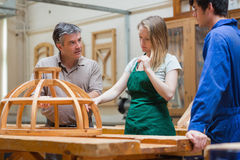 Profesor que enseña a una clase de la artesanía en madera Imagen de archivo